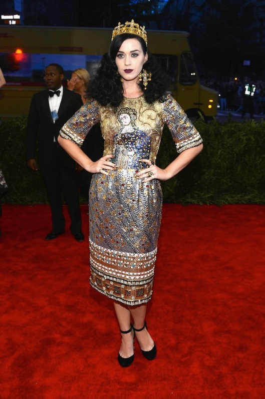 2-katy-perry-in-dolce-gabbana-Anne-Hathaway-2013-met-galal-punk-chaos-to-couture-costume-institute