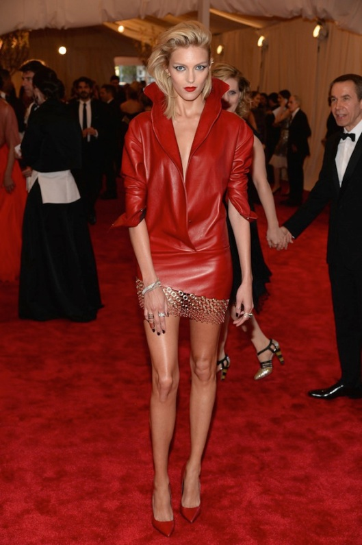 anja-rubik-The-2013-Metropolitan-Museum-of-Art-Costume-Institute-Gala-iPunk-Chaos-to-Couturei-
