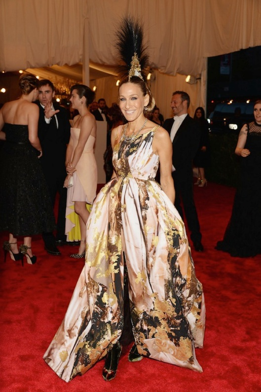 sarah-jessica-parker-Anne-Hathaway-2013-met-galal-punk-chaos-to-couture-costume-institute